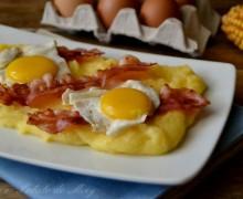 Polenta con uova e bacon