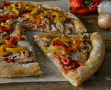 Pizza con tonno cipolla e peperoni