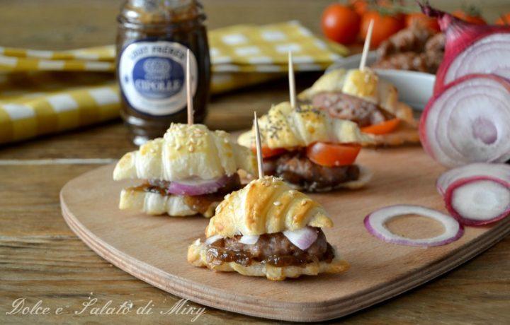 Croissant con salsiccia e confit di cipolle