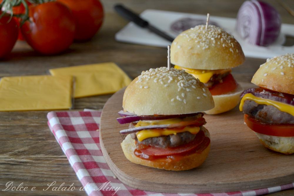 Panino con salsiccia formaggio e cipolla rossa