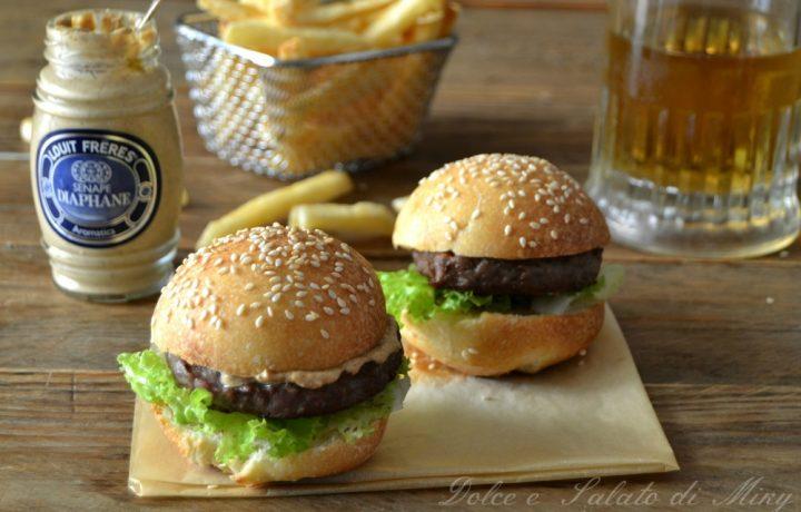 Panini con hamburger e senape