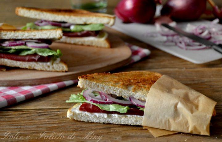 Sandwich con bresaola e cipolle