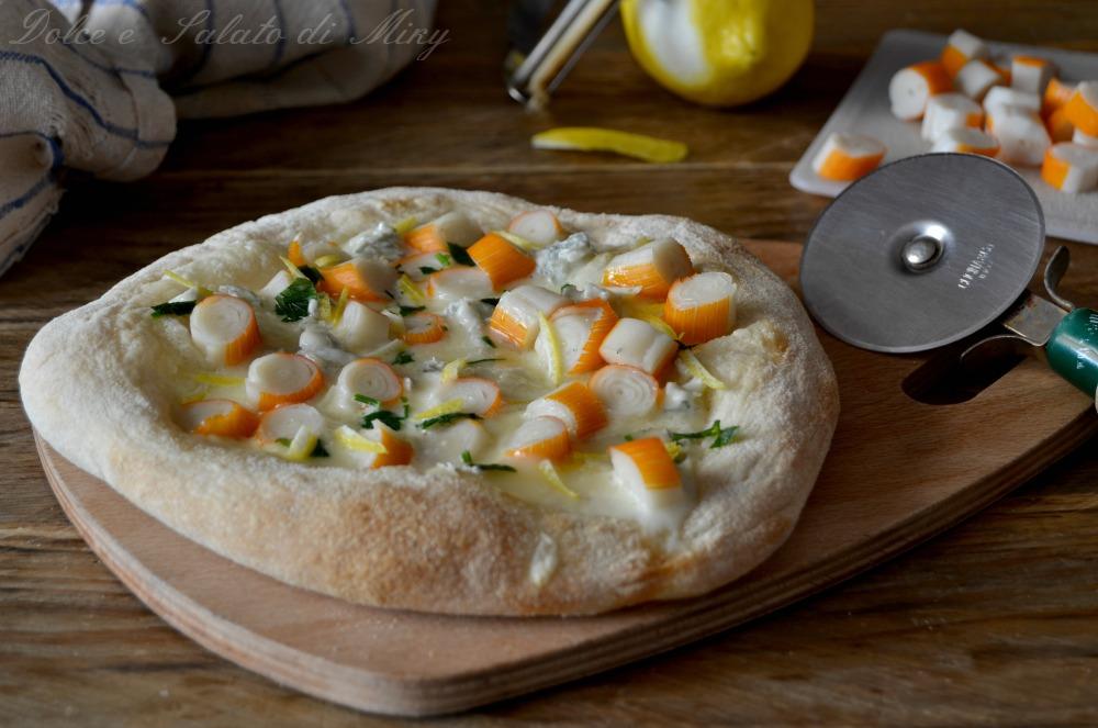 Pizza con polpa di granchio e gorgonzola
