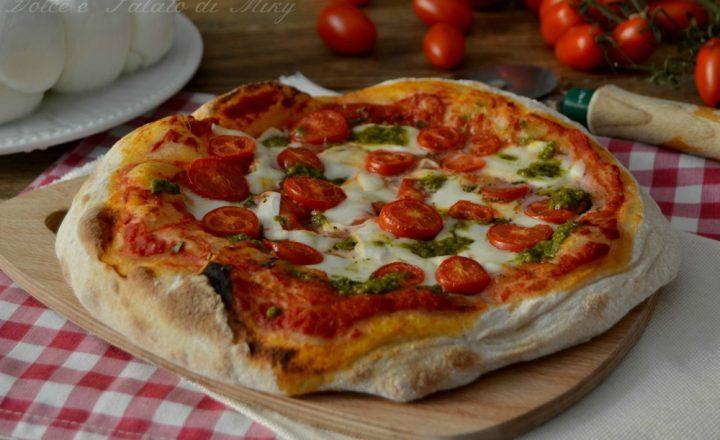 Pizza con mozzarella di bufala pesto e pomodorini