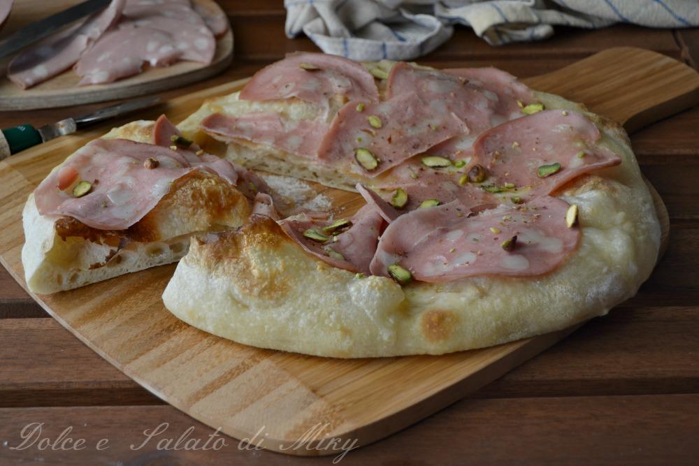 Pizza bianca con mortadella e pistacchi