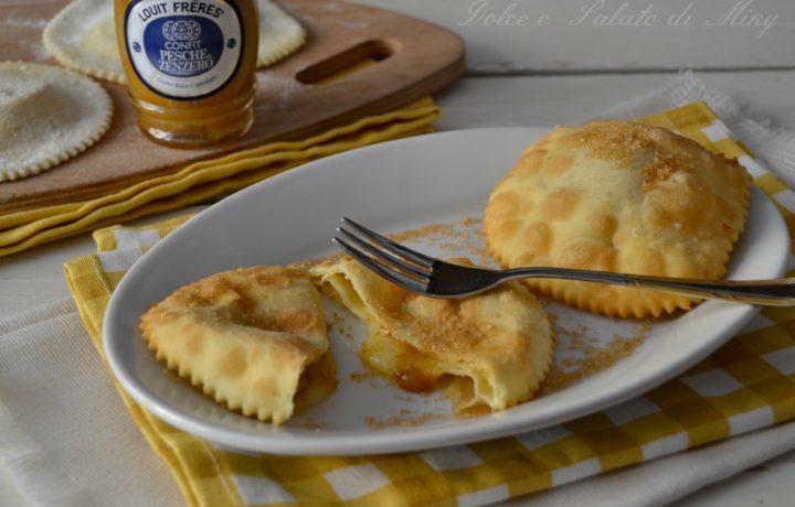 Ravioli fritti con pecorino e confit pesche e zenzero