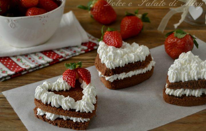 Cuori al cioccolato con panna e fragole