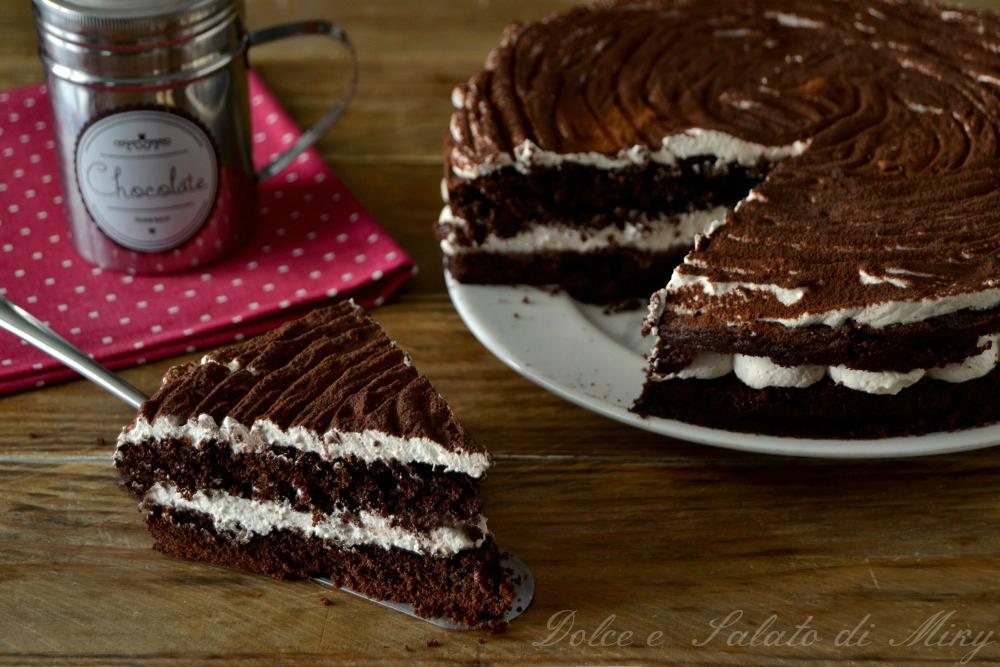 Torta al cioccolato con panna e caffè