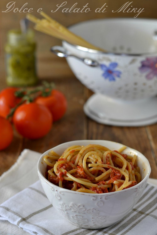 Spaghetti con pomodori e pesto