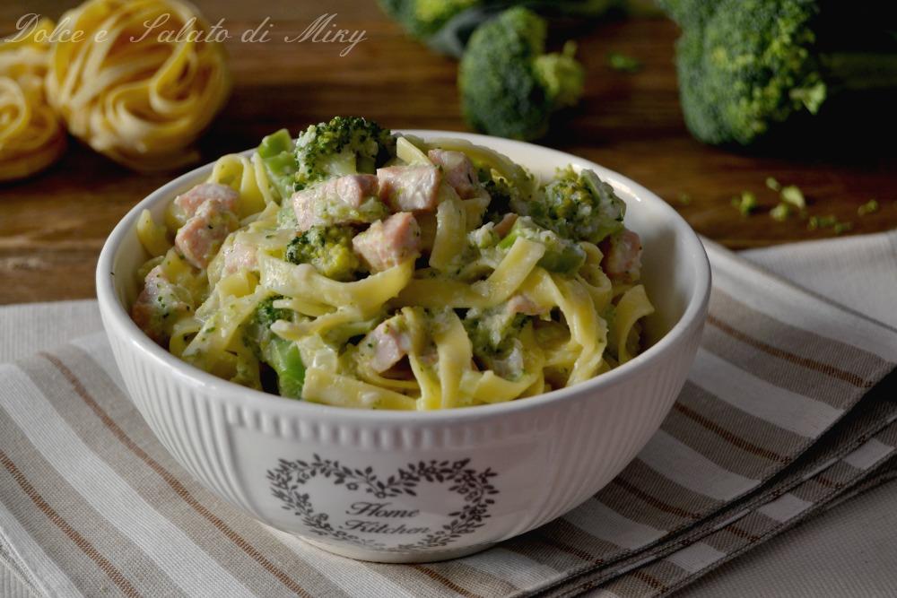 Tagliatelle con broccoli e prosciutto