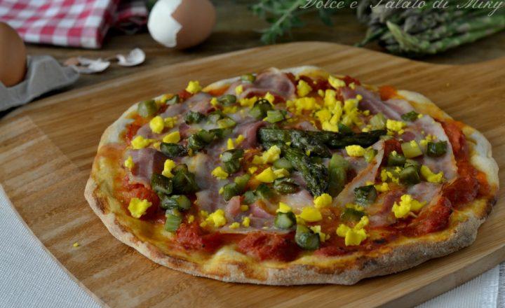 Pizza con asparagi bacon e uova