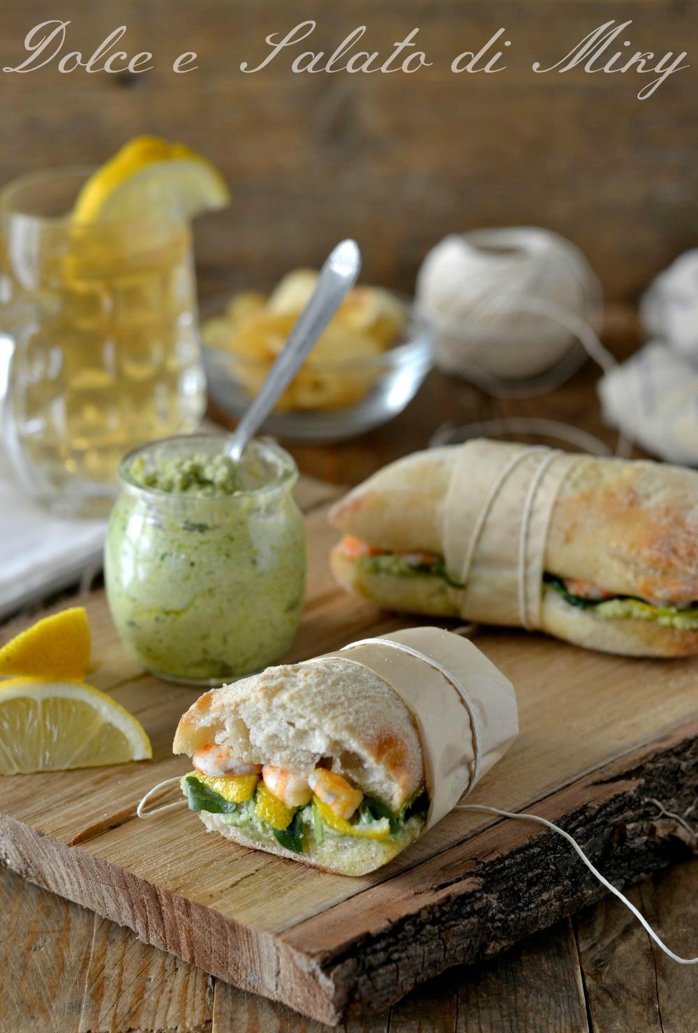 Panini con pesto di fave gamberi e limone
