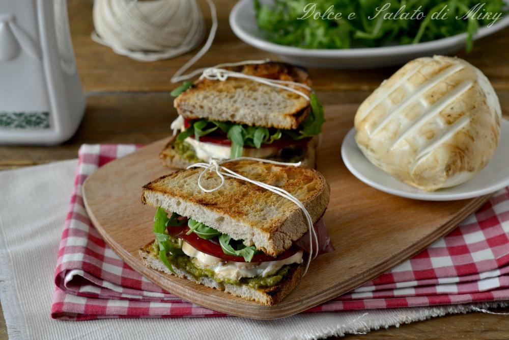 Sandwich con bresaola e mozzarella affumicata