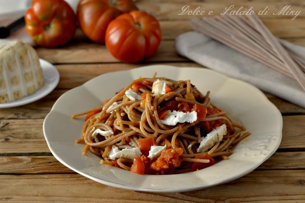Spaghetti con pomodoro e mozzarella affumicata
