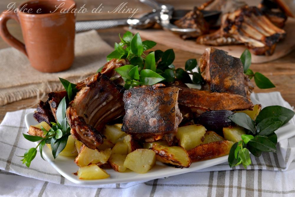 Maialino al forno ricetta sarda con verdure su letto di for Cucinare arrosto
