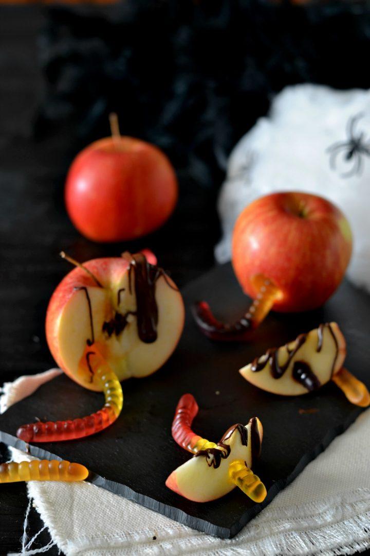 Mele con i vermi per Halloween