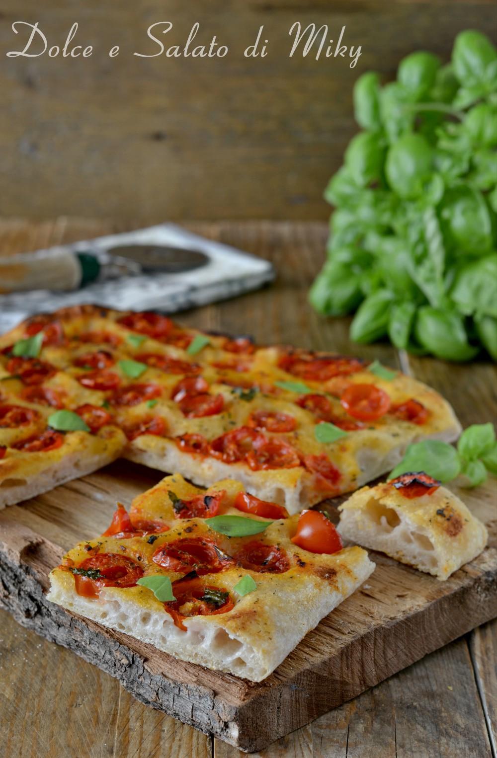 Focaccia con pomodorini e basilico