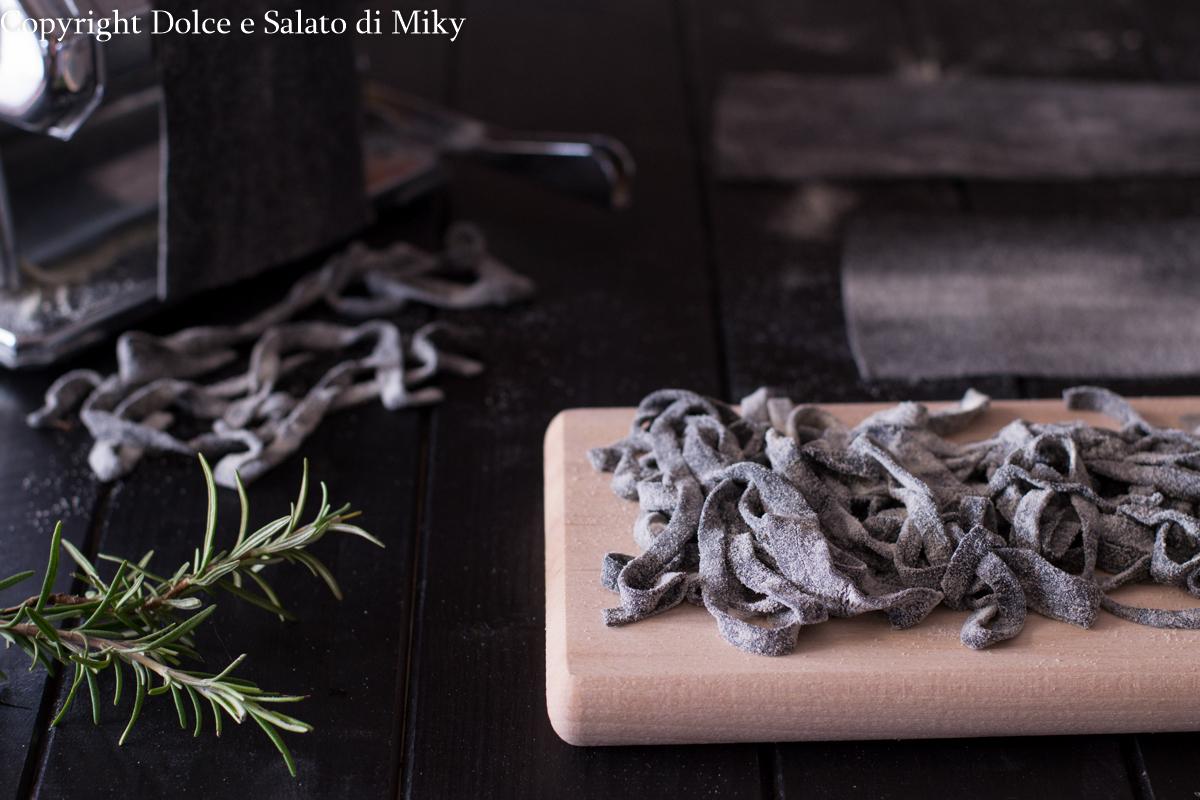 Tagliatelle al carbone con crema di zucca