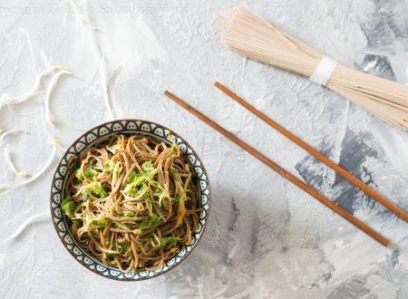 Noodles con zucchine e germogli