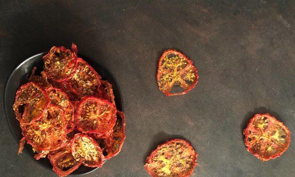 Chips di pomodoro nell'essiccatore