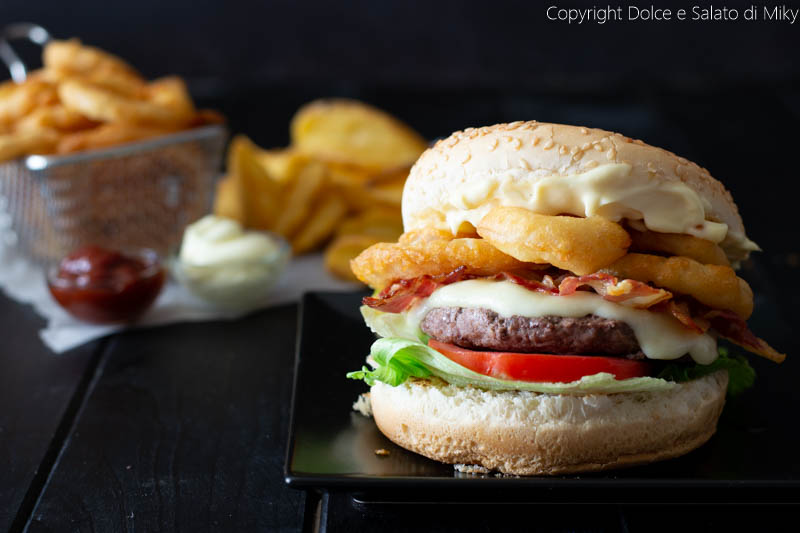 Panino con hamburger e onion rings