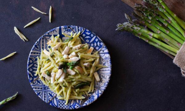 Pasta con storione e asparagi