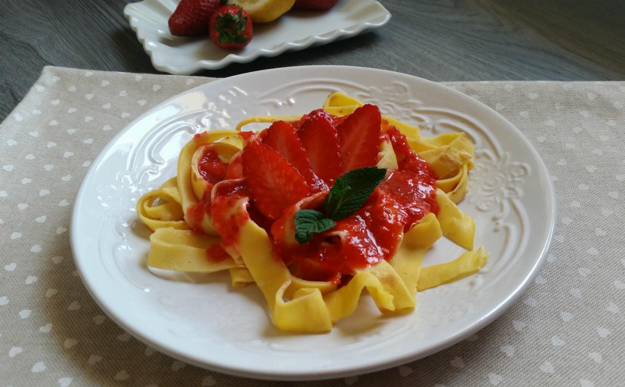 Tagliatelle di crepes con salsa di fragole