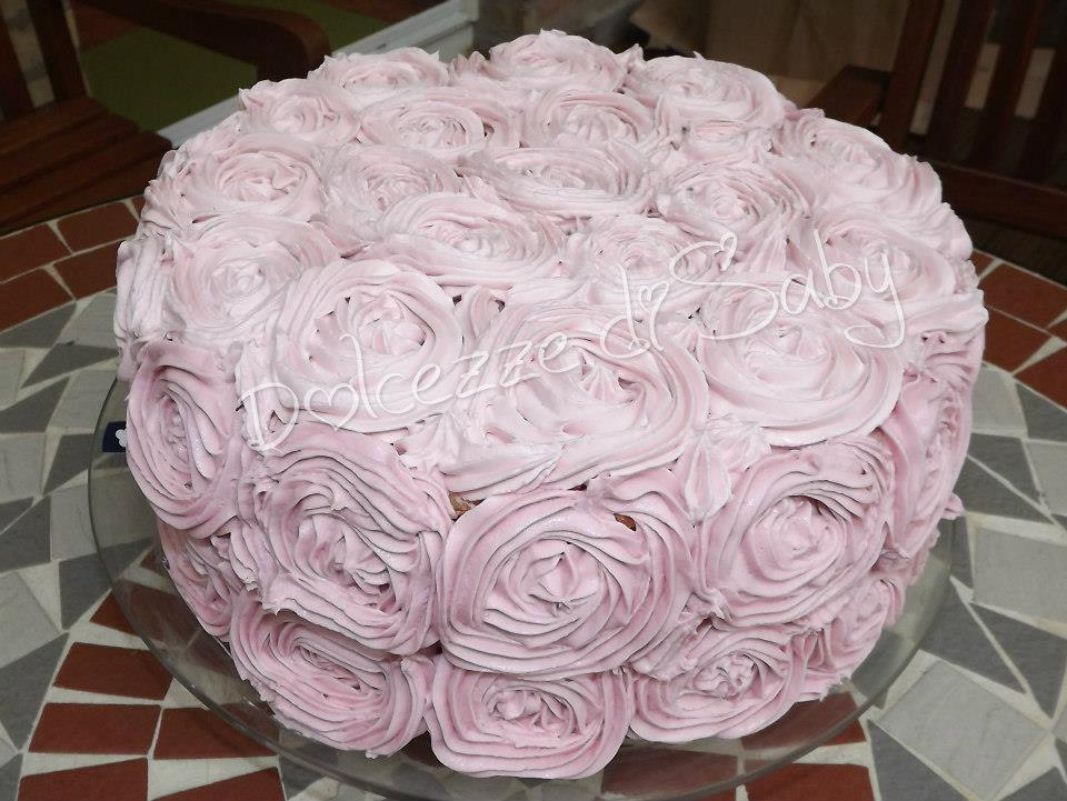 é una bella torta da vedere e buona da mangiare con frosting alle fragole