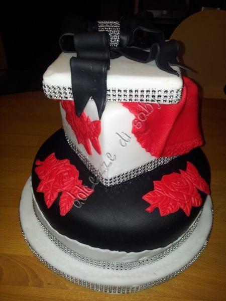Questa é una delle torte di cui vado piú orgogliosa, Adoro gli strass quindi non potevano mancare in una torta speciale per i miei 40° anni