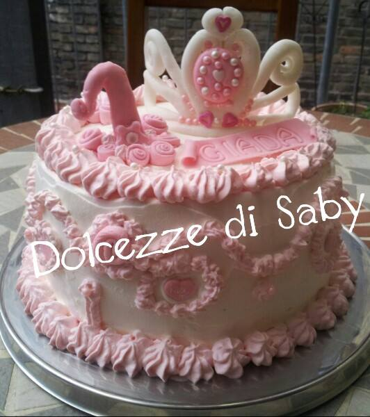 per una piccola principessa ecco una torta con tanto di corona e perle
