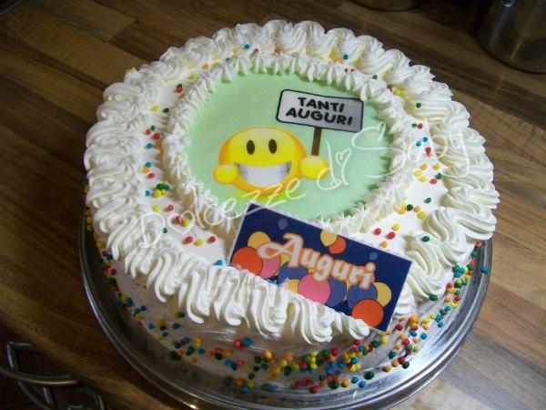 Torta smile con cialde carine anche quelle accompagnati da tanti zuccherini colorati che rendono il tutto piú simpatico