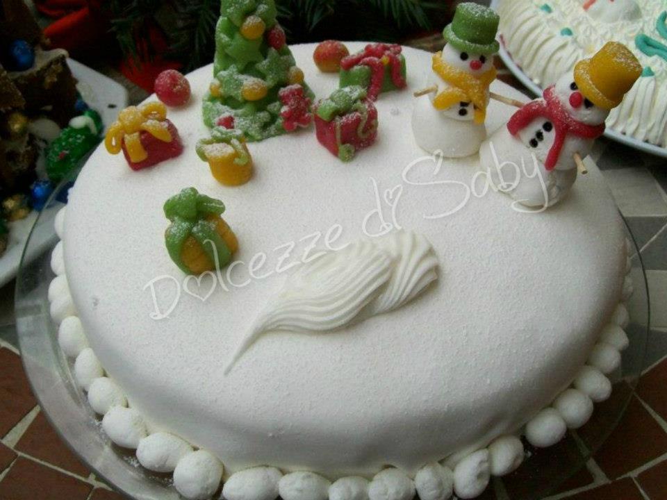 Semplice la torta natalizia con i pupazzo di neve regalini e l'immancabile albero