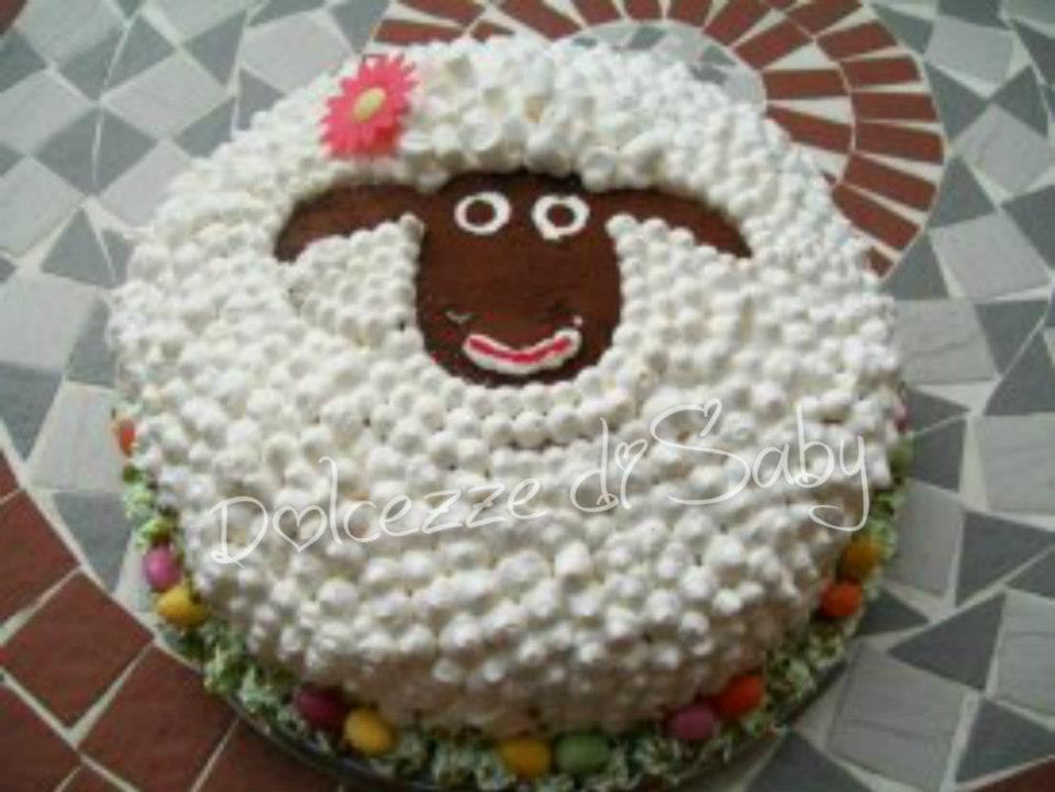 qui mi sono sbizzarita con la panna...per rendere la mia pecorella Pasqualina piu´carina le ho messo pure un filo di rossetto ;)