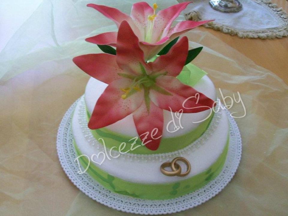 Adoro i fiori e credo che decorare una torta con essi sia il massimo...