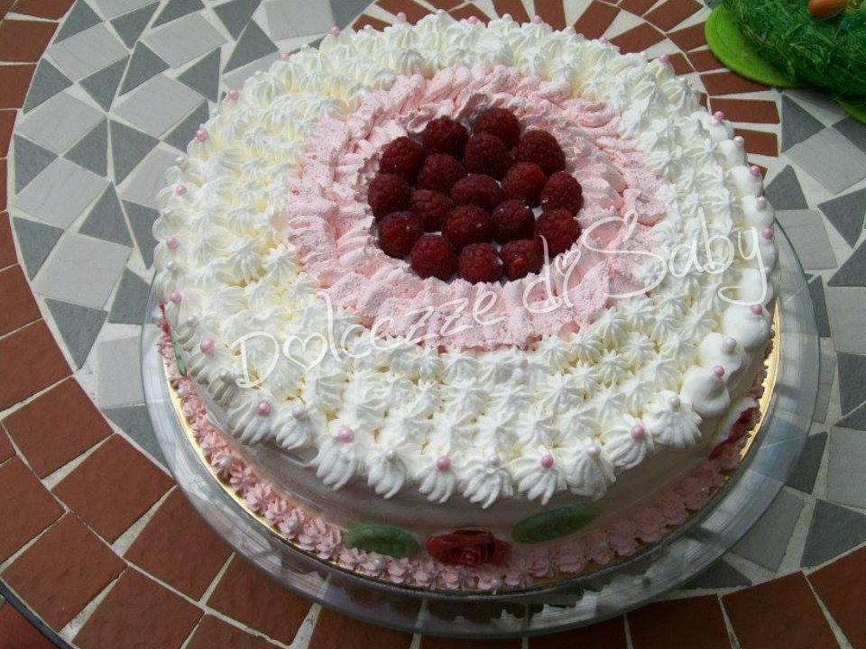 È una torta molto fruttosa fatta con crema ai lamponi e farcita con lamponi freschi