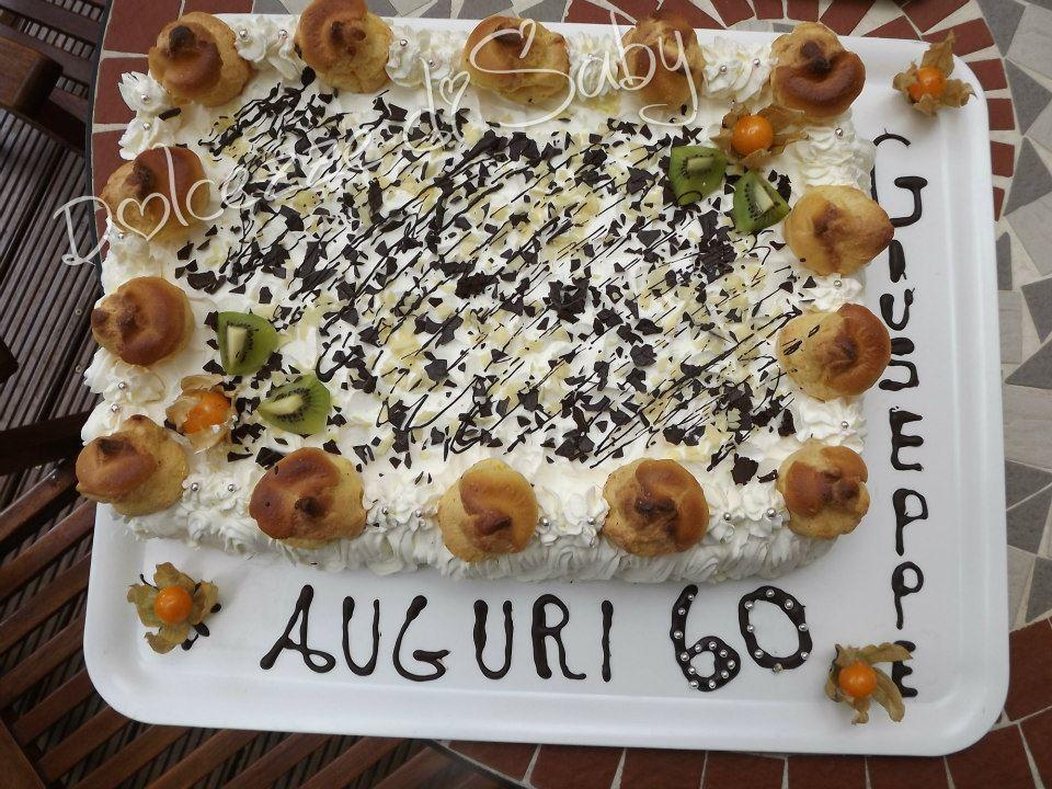 È una versione rivisitata della famosa Sant Honoré farcita con crema pasticcera e crema al cioccolato e presentata con dei Bigne farciti