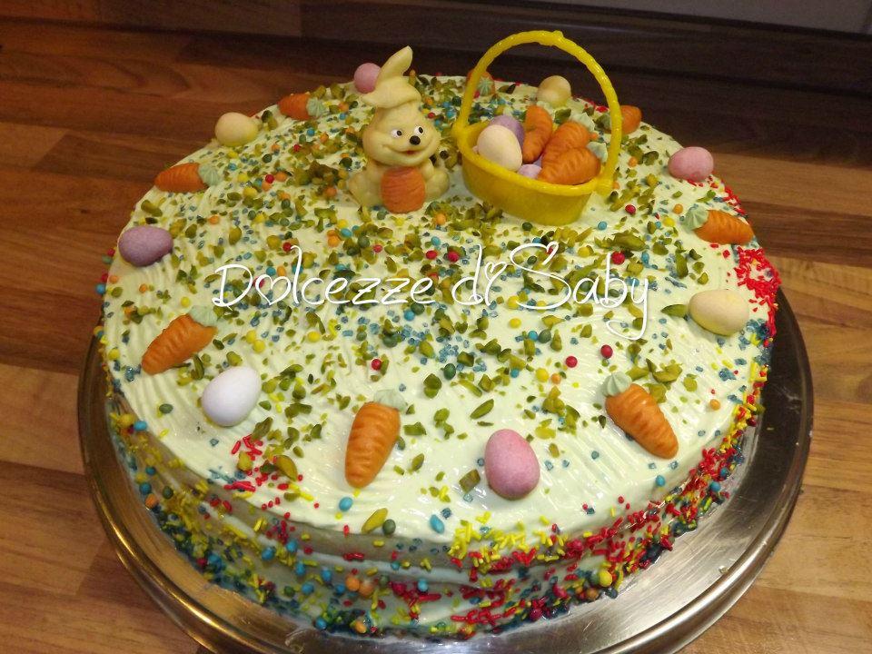 È una torta abbastanza veloce farcita e coperta con crema l pistacchio e bagnata con del liquore . Per renderla carina basta decorare con poche ovetti carote un cesto e un coniglietto di marzapane e la vostr torta pasqualina sará pronta ;)