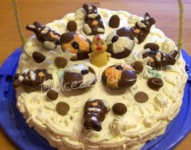 Questa é una torta che ho improvvisato la mattina di pasquetta, mio figlio aveva ricevuto un'intera scatola di uova e coniglietti e da li mi é venuta l'idea una torta cesto se notate ai lati della torta ci sono dei veri e proprii manici (che ahimé non ho fotografato) fatti con fil di ferro avvolti in nastri ed inseriti nella torta ;)