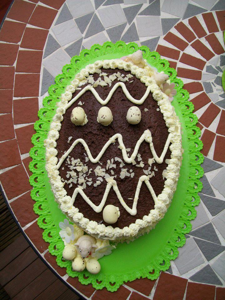 Questa torta a forma di uovo é una delle mie preferite, perché semplice da fare ma di grande effetto scenografico basta decorarla come un uovo di cioccolata e il successo e´assicurato ;)