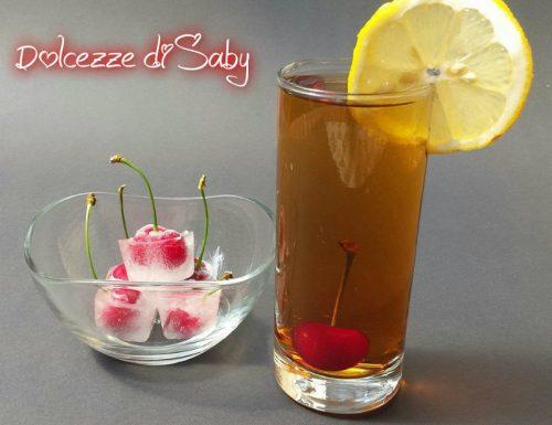 Cubetti di ghiaccio con ciliegie