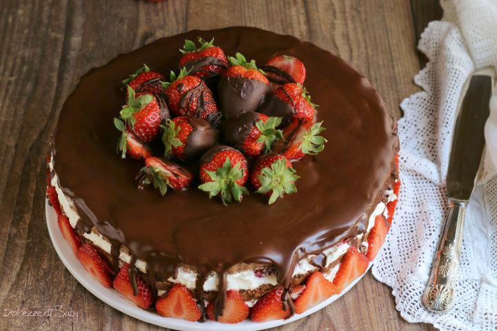 Torta cioccolato e fragole ricca e scenografica per tutte for Decorazioni torte con fragole e cioccolato