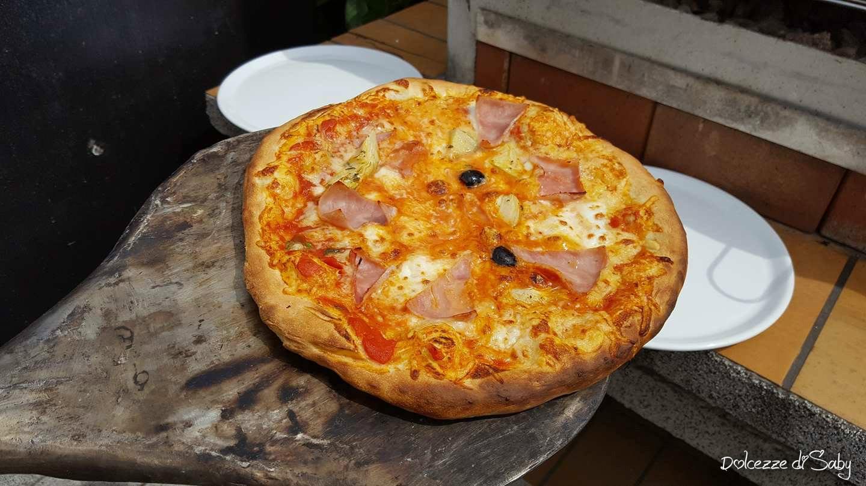Pizza cotta nel forno a legna - Forno per la pizza ...
