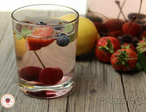 Acqua aromatizzata ai frutti rossi