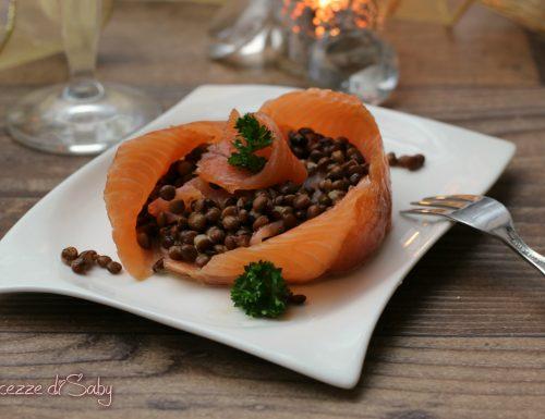 Coppe di salmone con lenticchie