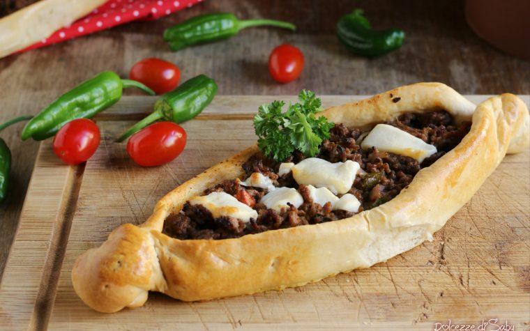 Pide barchette di pizza di carne (ricetta turca)