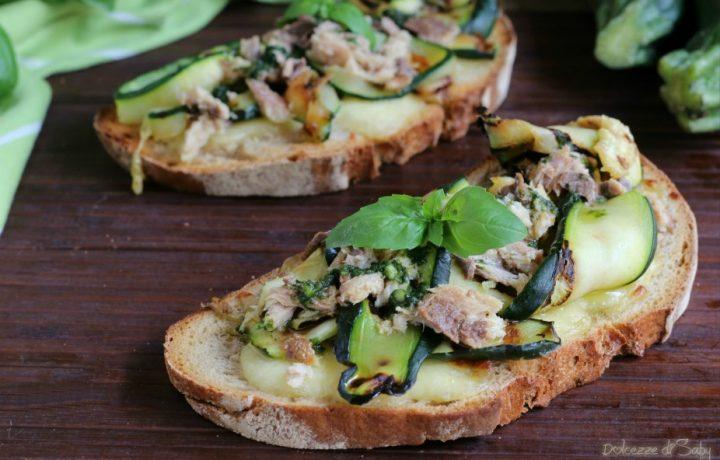Crostoni di pane con zucchine e sardine