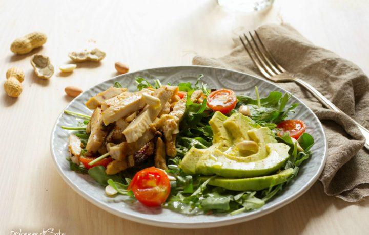 Insalata di pollo, avocado e rucola
