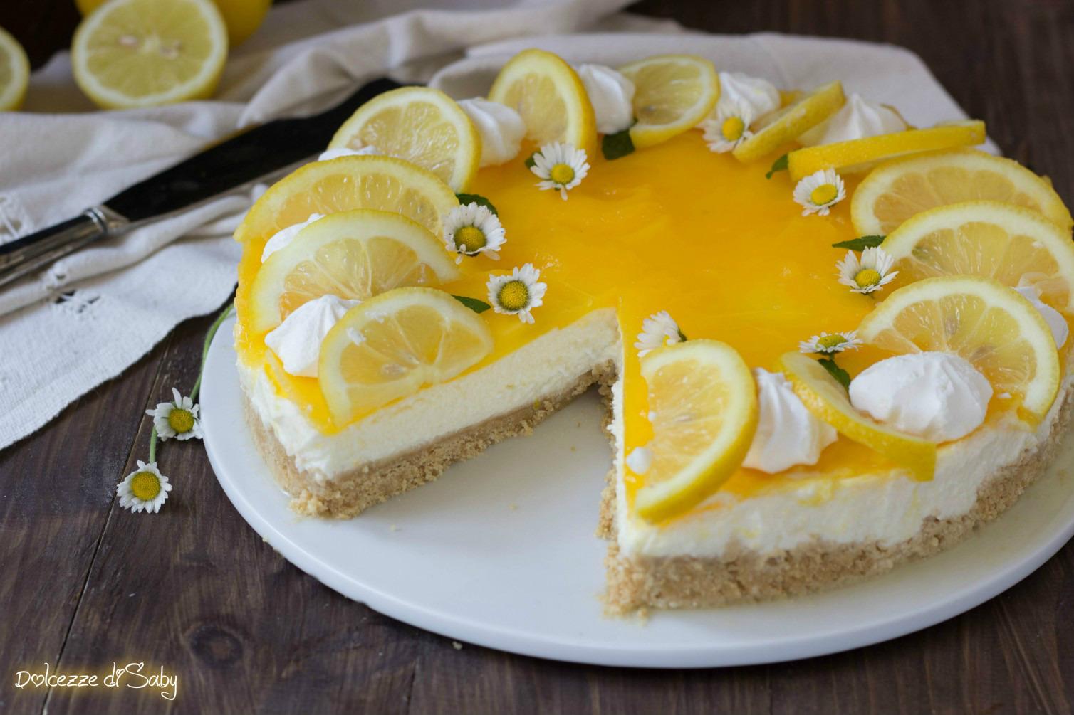 Trascorso questo tempo preparare il topping sciogliete lo zucchero e la  maizena dentro l\u0027acqua unite il succo di limone e il colore alimentare e  ponete il
