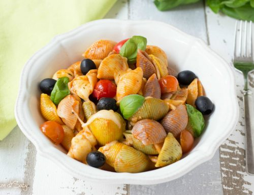 Pasta pomodorini, provola e olive nere