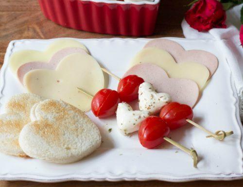 Antipasto per due (cuori di formaggi, salumi e di caprese)